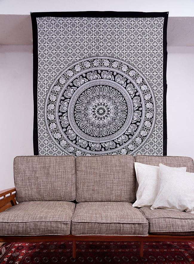 マルチクロス - マンダラ〔約139cm×約202cm〕 10 - 類似サイズ品を、ソファーの後ろに壁掛けしてみました。