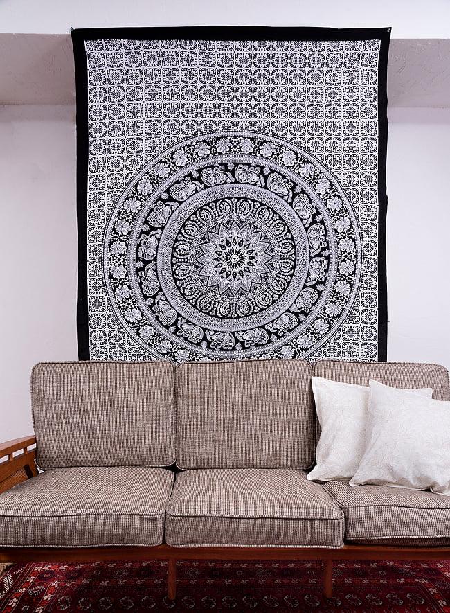 マルチクロス - オーンとチャクラのヤントラ〔約133cm×約198cm〕 10 - 類似サイズ品を、ソファーの後ろに壁掛けしてみました。