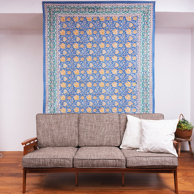 ジャイプル職人手作り インド伝統の木版染め更紗マルチクロス〔225cm×155cm〕色彩豊かなボタニカルデザイン ベッドカバーやソファーカバー パーテーションなどへ 10 - ソファーの後ろに壁掛けしてみました。