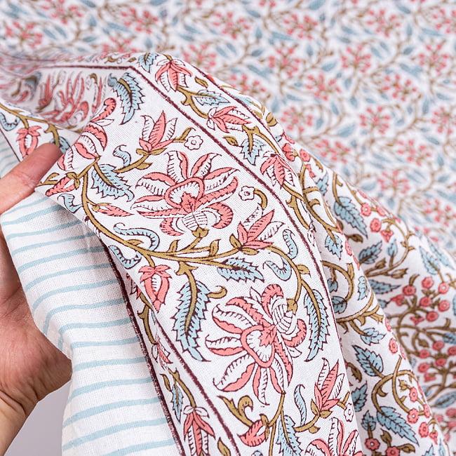ジャイプル職人手作り インド伝統の木版染め更紗マルチクロス〔225cm×155cm〕色彩豊かなボタニカルデザイン ベッドカバーやソファーカバー パーテーションなどへ 9 - 生地の拡大写真です