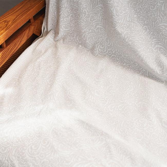 ジャイプル職人手作り サフェードのボタニカルデザイン インド伝統の木版染め更紗マルチクロス〔225cm×155cm〕ベッドカバーやソファーカバー パーテーションなどへ 11 - 上品な仕上がりで、さまざまなお部屋に似合います。