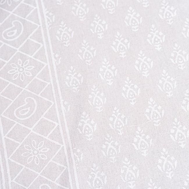 ジャイプル職人手作り サフェードのボタニカルデザイン インド伝統の木版染め更紗マルチクロス〔225cm×155cm〕ベッドカバーやソファーカバー パーテーションなどへ 5 - 細部の写真です