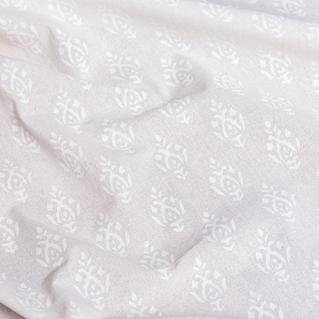 ジャイプル職人手作り サフェードのボタニカルデザイン インド伝統の木版染め更紗マルチクロス〔225cm×155cm〕ベッドカバーやソファーカバー パーテーションなどへ 6 - 木版で丁寧にプリントされております