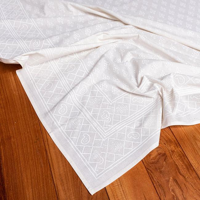 ジャイプル職人手作り サフェードのボタニカルデザイン インド伝統の木版染め更紗マルチクロス〔225cm×155cm〕ベッドカバーやソファーカバー パーテーションなどへの写真