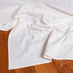 インド職人手作り オールホワイトのボタニカルデザイン インド伝統の木版染め更紗マルチクロス〔225cm×155cm〕ベッドカバーやソファーカバー パーテーションなどへ