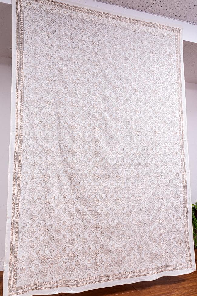 インド職人手作り 白生地×ゴールドプリントのボタニカルデザイン インド伝統の木版染め更紗マルチクロス〔225cm×155cm〕ベッドカバーやソファーカバー パーテーションなどへ 3 - 拡大写真です