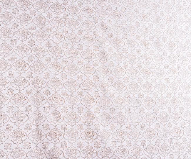 インド職人手作り 白生地×ゴールドプリントのボタニカルデザイン インド伝統の木版染め更紗マルチクロス〔225cm×155cm〕ベッドカバーやソファーカバー パーテーションなどへ 4 - とても良い雰囲気です