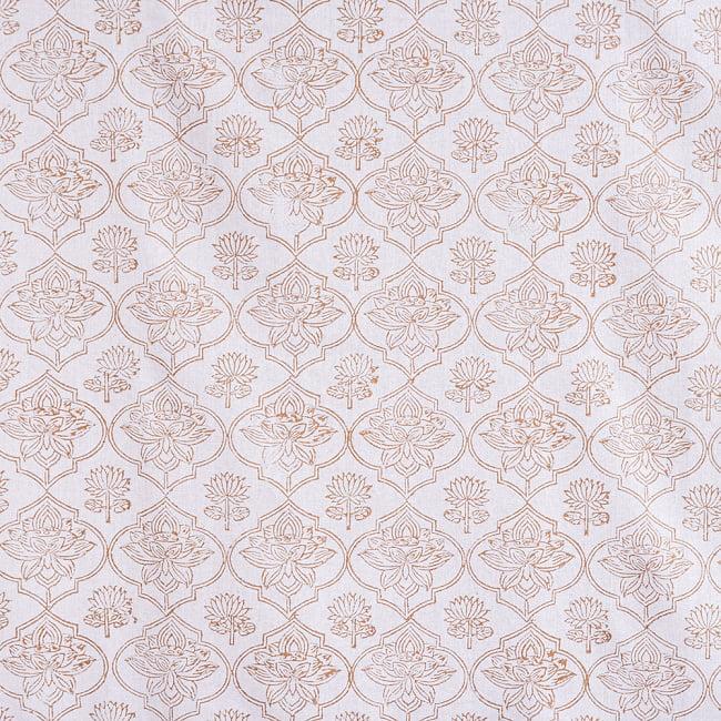 インド職人手作り 白生地×ゴールドプリントのボタニカルデザイン インド伝統の木版染め更紗マルチクロス〔225cm×155cm〕ベッドカバーやソファーカバー パーテーションなどへ 5 - 細部の写真です