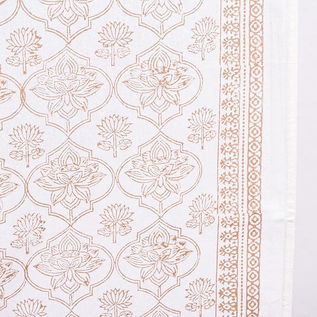 インド職人手作り 白生地×ゴールドプリントのボタニカルデザイン インド伝統の木版染め更紗マルチクロス〔225cm×155cm〕ベッドカバーやソファーカバー パーテーションなどへ 6 - 木版で丁寧にプリントされております
