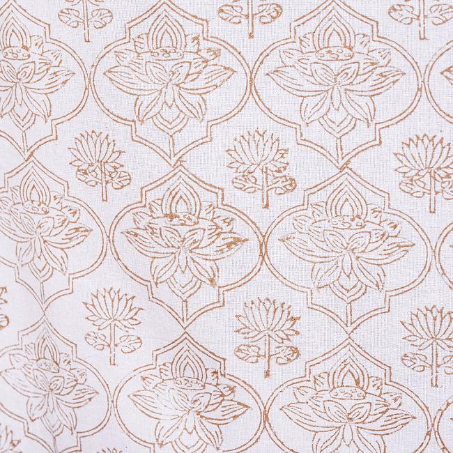 インド職人手作り 白生地×ゴールドプリントのボタニカルデザイン インド伝統の木版染め更紗マルチクロス〔225cm×155cm〕ベッドカバーやソファーカバー パーテーションなどへ 7 - 縁の部分の写真です