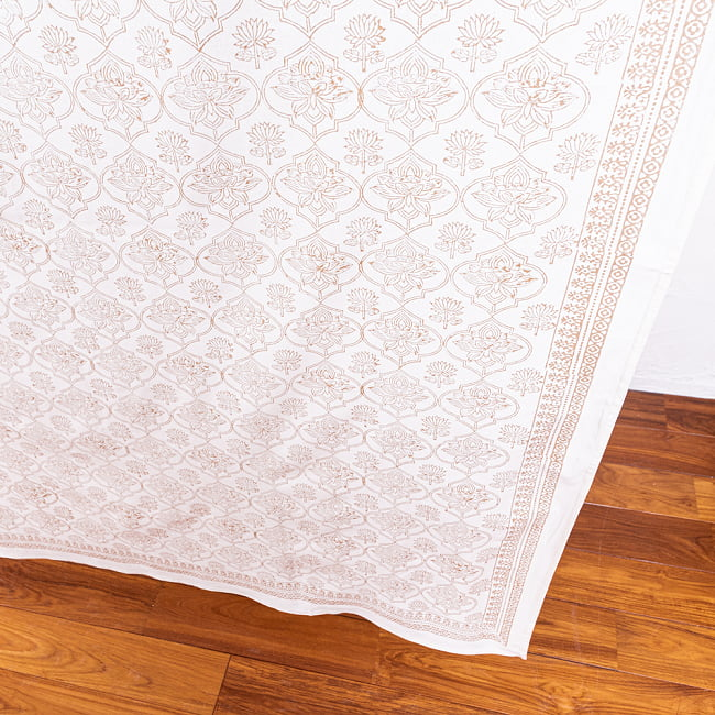 インド職人手作り 白生地×ゴールドプリントのボタニカルデザイン インド伝統の木版染め更紗マルチクロス〔225cm×155cm〕ベッドカバーやソファーカバー パーテーションなどへ 8 - 一般的なマルチクロスとは、一線を画す美しいデザイン。