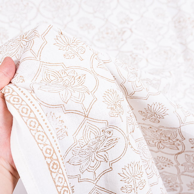 インド職人手作り 白生地×ゴールドプリントのボタニカルデザイン インド伝統の木版染め更紗マルチクロス〔225cm×155cm〕ベッドカバーやソファーカバー パーテーションなどへ 9 - 生地の拡大写真です
