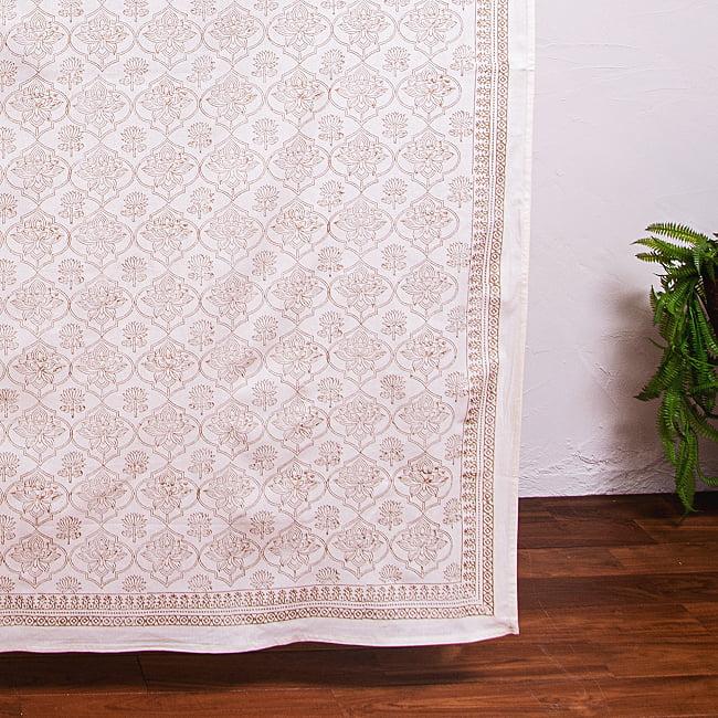 インド職人手作り 白生地×ゴールドプリントのボタニカルデザイン インド伝統の木版染め更紗マルチクロス〔225cm×155cm〕ベッドカバーやソファーカバー パーテーションなどへの写真