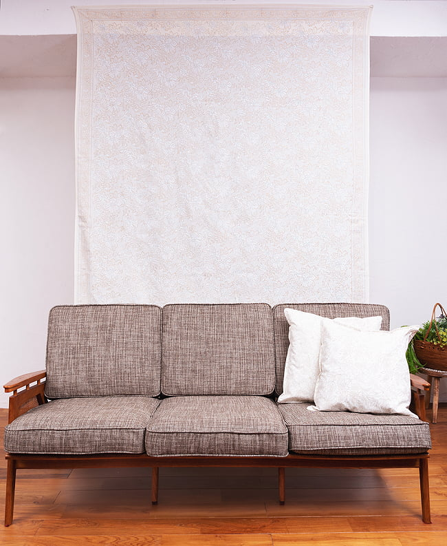 ジャイプル職人手作り 白生地×ゴールドプリントのボタニカルデザイン インド伝統の木版染め更紗マルチクロス〔225cm×155cm〕ベッドカバーやソファーカバー パーテーションなどへ 10 - 類似サイズ品を、ソファーの後ろに壁掛けしてみました。