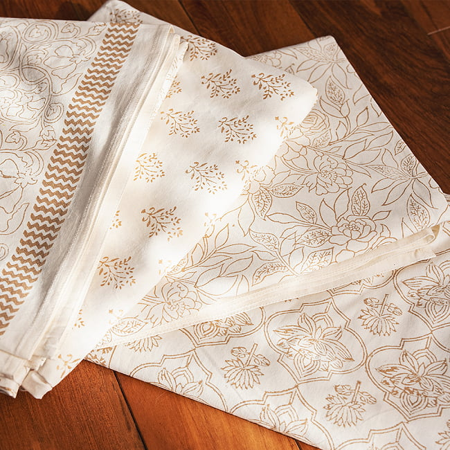 ジャイプル職人手作り 白生地×ゴールドプリントのボタニカルデザイン インド伝統の木版染め更紗マルチクロス〔225cm×155cm〕ベッドカバーやソファーカバー パーテーションなどへ 11 - 上品な仕上がりで、さまざまなお部屋に似合います。