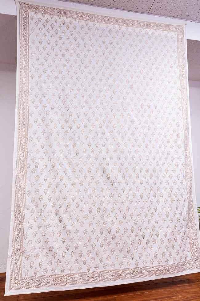 ジャイプル職人手作り 白生地×ゴールドプリントのボタニカルデザイン インド伝統の木版染め更紗マルチクロス〔225cm×155cm〕ベッドカバーやソファーカバー パーテーションなどへ 3 - 拡大写真です