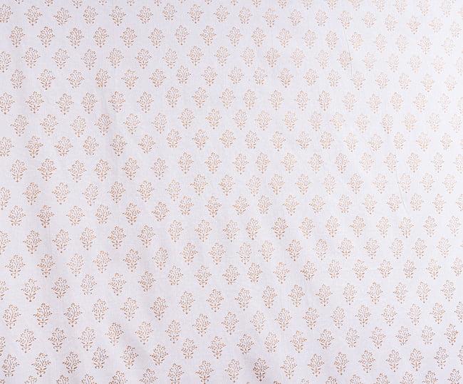 ジャイプル職人手作り 白生地×ゴールドプリントのボタニカルデザイン インド伝統の木版染め更紗マルチクロス〔225cm×155cm〕ベッドカバーやソファーカバー パーテーションなどへ 4 - とても良い雰囲気です