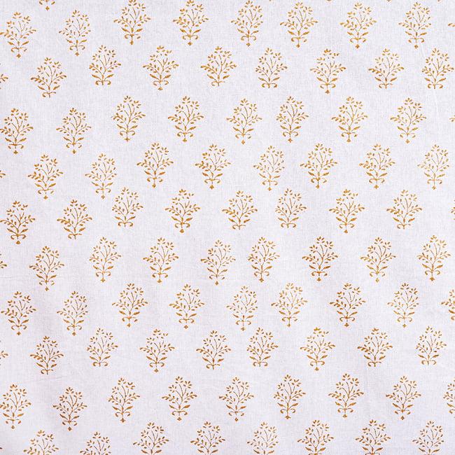 ジャイプル職人手作り 白生地×ゴールドプリントのボタニカルデザイン インド伝統の木版染め更紗マルチクロス〔225cm×155cm〕ベッドカバーやソファーカバー パーテーションなどへ 5 - 細部の写真です