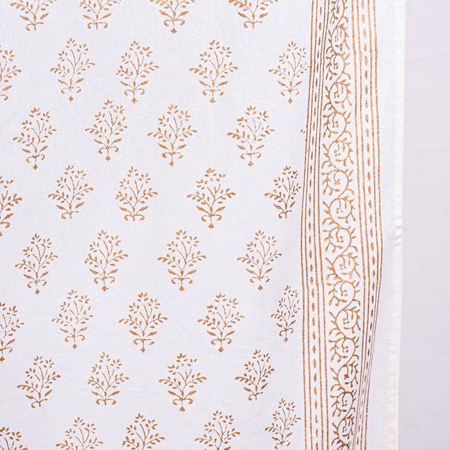 ジャイプル職人手作り 白生地×ゴールドプリントのボタニカルデザイン インド伝統の木版染め更紗マルチクロス〔225cm×155cm〕ベッドカバーやソファーカバー パーテーションなどへ 6 - 木版で丁寧にプリントされております