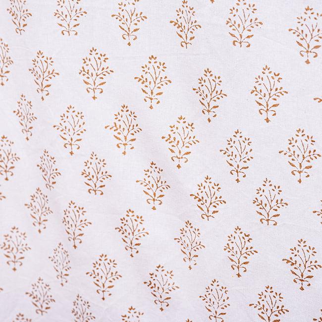 ジャイプル職人手作り 白生地×ゴールドプリントのボタニカルデザイン インド伝統の木版染め更紗マルチクロス〔225cm×155cm〕ベッドカバーやソファーカバー パーテーションなどへ 7 - 縁の部分の写真です