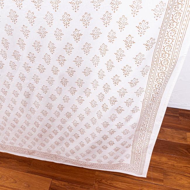 ジャイプル職人手作り 白生地×ゴールドプリントのボタニカルデザイン インド伝統の木版染め更紗マルチクロス〔225cm×155cm〕ベッドカバーやソファーカバー パーテーションなどへ 8 - 一般的なマルチクロスとは、一線を画す美しいデザイン。
