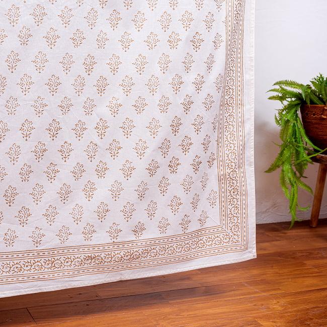 ジャイプル職人手作り 白生地×ゴールドプリントのボタニカルデザイン インド伝統の木版染め更紗マルチクロス〔225cm×155cm〕ベッドカバーやソファーカバー パーテーションなどへの写真