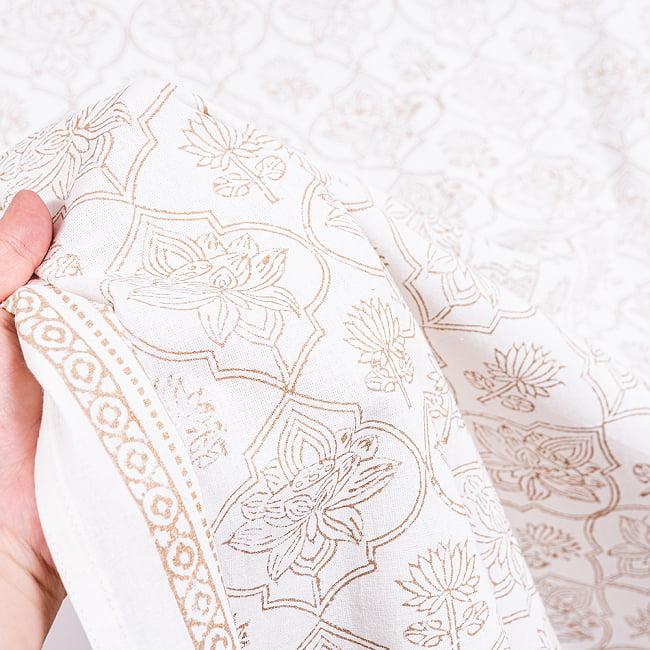【自由に選べる3枚セット】ジャイプル職人手作り 白生地×ゴールドプリントのボタニカルデザイン インド伝統の木版染め更紗マルチクロス〔225cm×155cm〕ベッドカバーやソファーカバー パーテーション 14 - このような質感になります
