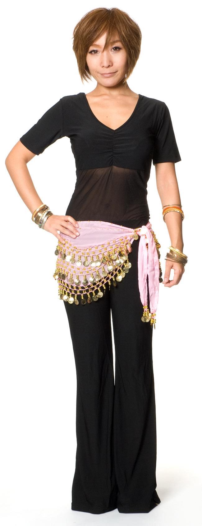 ベリーダンス ヒップスカーフ 150コイン - 淡いピンク 4 - 同じデザインの色違いをモデルさんが着用した写真です