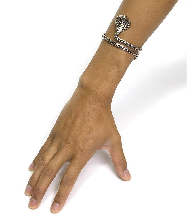 蛇のメタルバングルの写真3 - 腕につけてみました