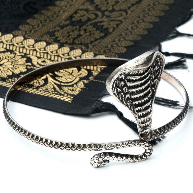 蛇のメタルバングルの写真