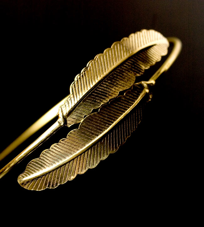 羽根型のゴールドバングルの写真2 - 装飾を拡大しました。