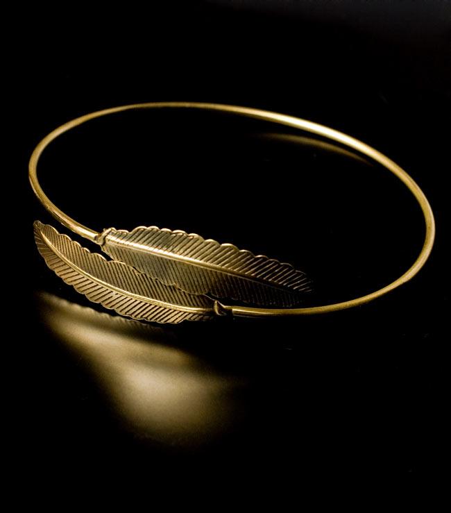 羽根型のゴールドバングルの写真