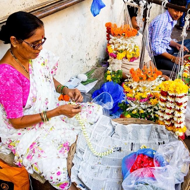 インドの花飾り【マーラー】小 6 - インドの街角ではこの様に生花で飾りを作っている姿をよく見かけます!とっても素敵ですね!