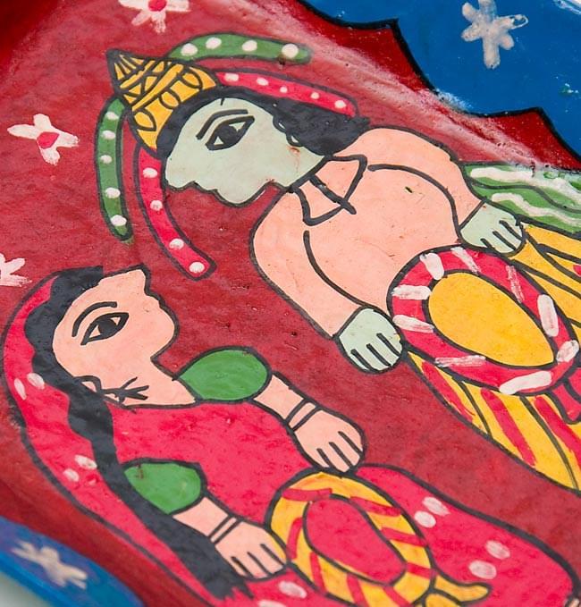 ミティラー村のカラフル飾り皿 - 男女 -【19cm x 14cm】の写真2 - 絵の部分を拡大しました