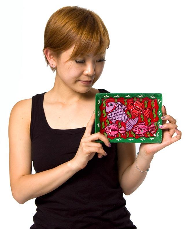 ミティラー村のカラフル飾り皿 - 男女 -【19cm x 14cm】の写真5 - 手に持って撮影しました。なお、写真は同じ商品の別の色のものです