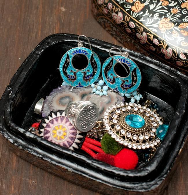 カシミールのペーパーマッシュ - インチキサンタさん小物入れ[大] 6 - ピアスや指輪などのアクセサリーや車の鍵入れ等、小物入れにぴったりです。(以下は同ジャンル品の写真です)