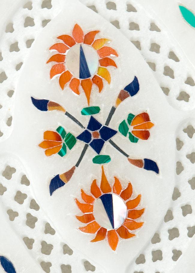 【楕円型】マーブルストーンの小物入れ[約10.5cm]の写真2 - 中央の模様を拡大しました。白大理石の透かし彫りにカラフルな貴石のはめ込み細工が美しいですね。