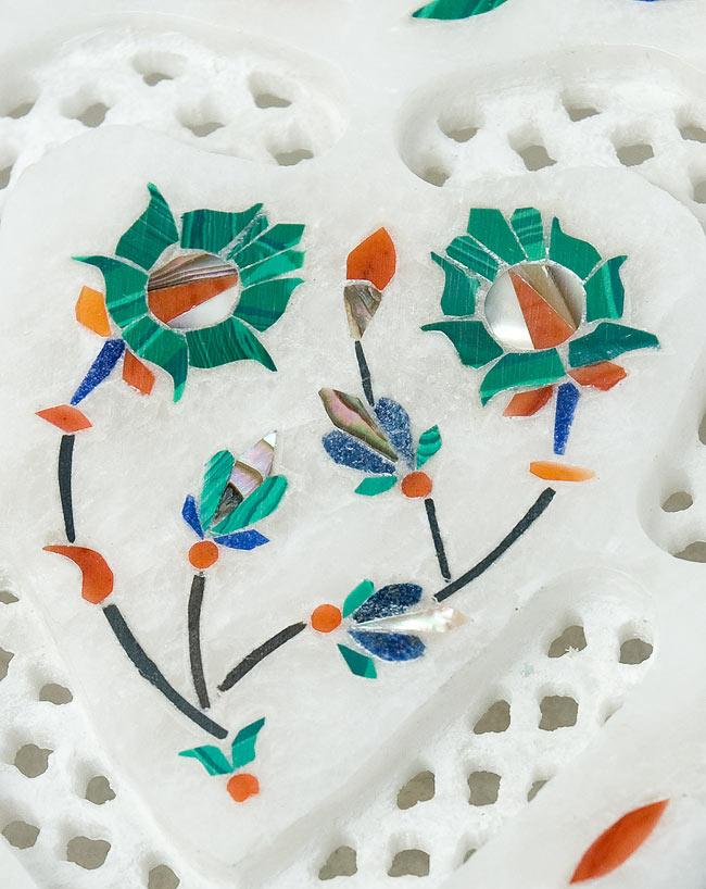 【ハート型】マーブルストーンの小物入れ[約10cm]の写真2 - 中央の模様を拡大しました。白大理石の透かし彫りにカラフルな貴石のはめ込み細工が美しいですね。