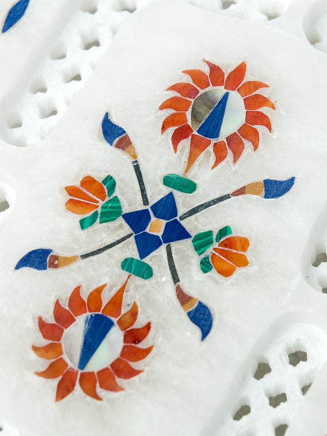 【ジュエル型】マーブルストーンの小物入れ[約10.5cm]の写真2 - 中央の模様を拡大しました。白大理石の透かし彫りにカラフルな貴石のはめ込み細工が美しいですね。