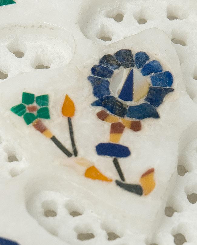 【ハート型】マーブルストーンの小物入れ[約7.5cm]の写真2 - 中央の模様を拡大しました。白大理石の透かし彫りにカラフルな貴石のはめ込み細工が美しいですね。