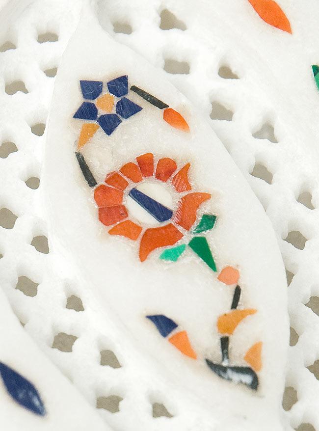 【楕円型】マーブルストーンの小物入れ[約8cm]の写真2 - 中央の模様を拡大しました。白大理石の透かし彫りにカラフルな貴石のはめ込み細工が美しいですね。