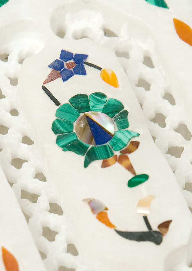 【ジュエル型】マーブルストーンの小物入れ[約8cm]の写真2 - 中央の模様を拡大しました。白大理石の透かし彫りにカラフルな貴石のはめ込み細工が美しいですね。