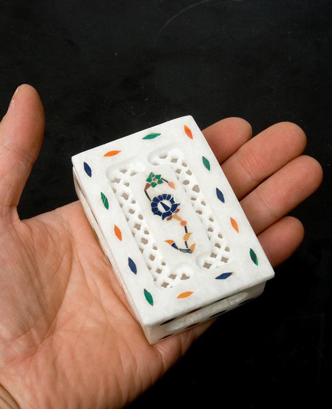 【角形】マーブルストーンの小物入れ[約8cm]の写真8 - 手に乗せてみました。サイズイメージのご参考にどうぞ。