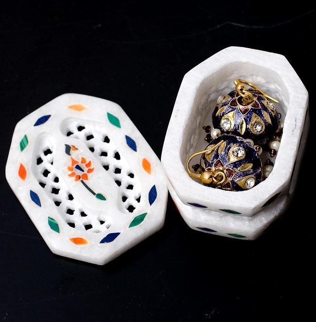 【ジュエル型】マーブルストーンの小物入れ[約5cm]の写真7 - ここでは直径1cm程度のピアスを収納してみました。指輪等にもお使いいただけることと思います。