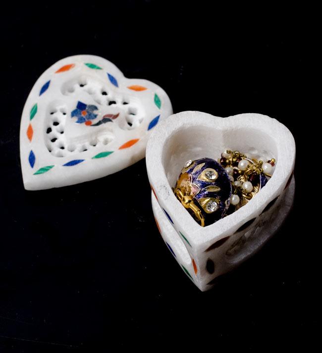 【ハート型】マーブルストーンの小物入れ[約5cm]の写真7 - ここでは直径1cm程度のピアスを収納してみました。指輪等にもお使いいただけることと思います。
