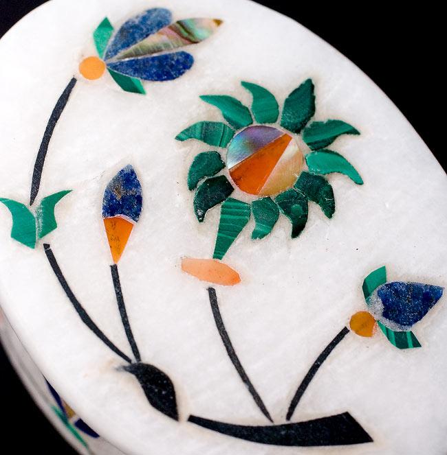 【楕円型】マーブルストーンの小物入れ[約5cm]の写真2 - 中央の模様を拡大しました。白大理石にカラフルな貴石のはめ込み細工が美しいですね。