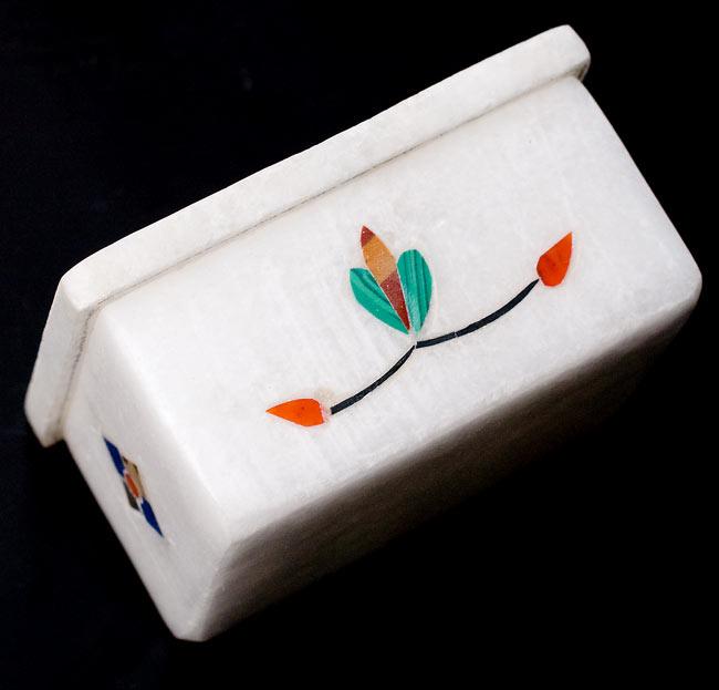 【角型】マーブルストーンの小物入れ[約5.5cm]の写真3 - 側面を撮影しました。側面にも貴石が施されています。