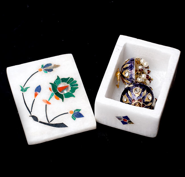 【角型】マーブルストーンの小物入れ[約5.5cm]の写真6 - 1cm程度のピアスを入れてみました。指輪などにもお使いいただけます。