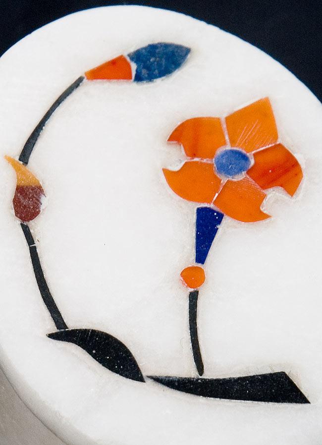 【楕円型】マーブルストーンの小物入れ[約5.5cm]の写真2 - 中央の模様を拡大しました。白大理石にカラフルな貴石のはめ込み細工が美しいですね。