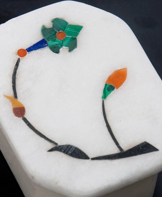 【ジュエル型】マーブルストーンの小物入れ[約5.5cm]の写真2 - 中央の模様を拡大しました。白大理石にカラフルな貴石のはめ込み細工が美しいですね。